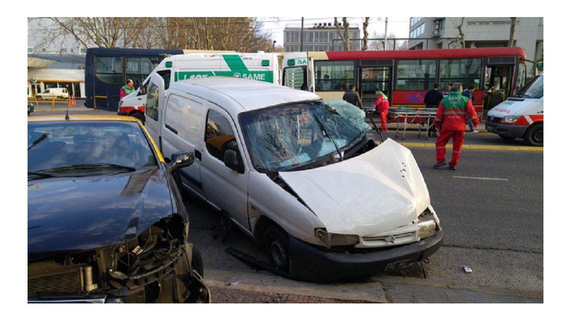 Fuerte choque entre un colectivo del metrobus y una camioneta en Palermo: hay 14 heridos