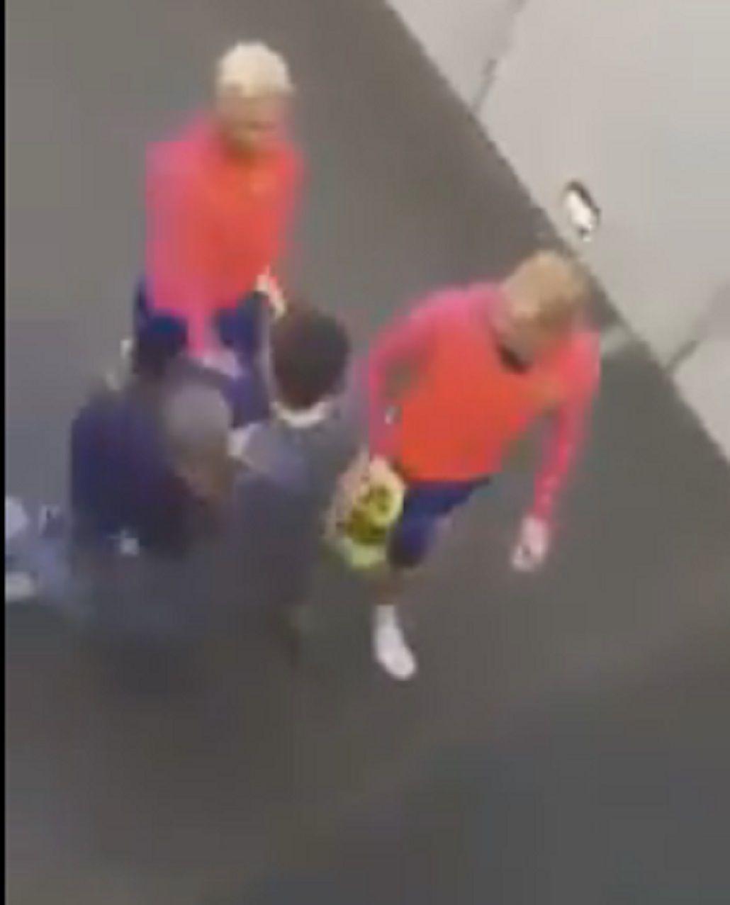 Casi se rompe las piernas para tocar a Lionel Messi, pero no pudo