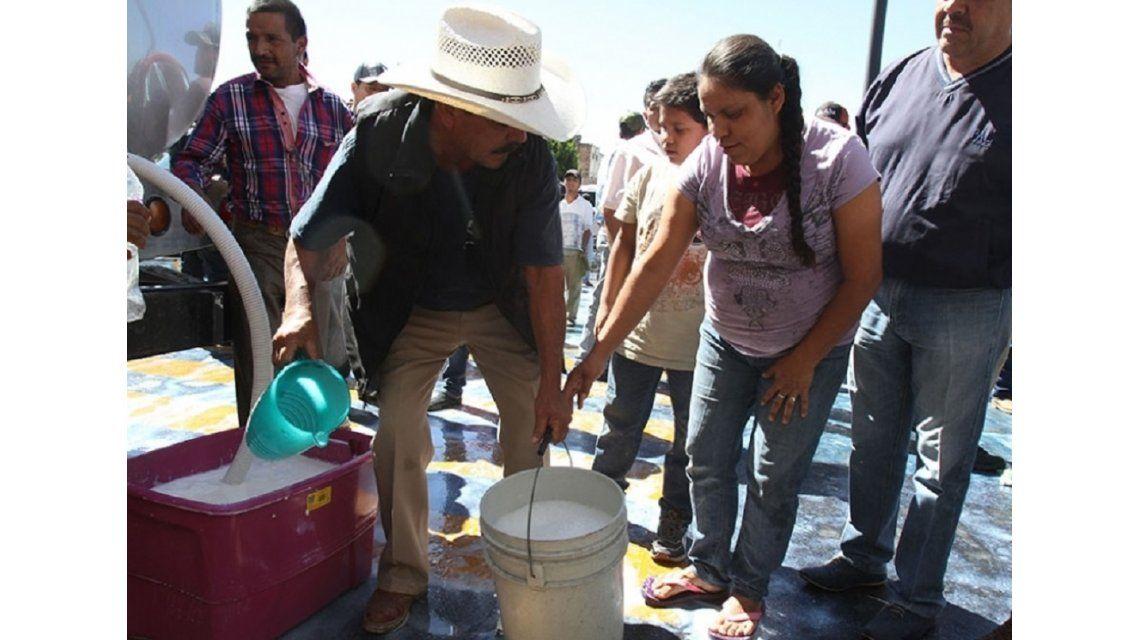 Mientras escasea la manteca en las góndolas, tamberos regalarán leche