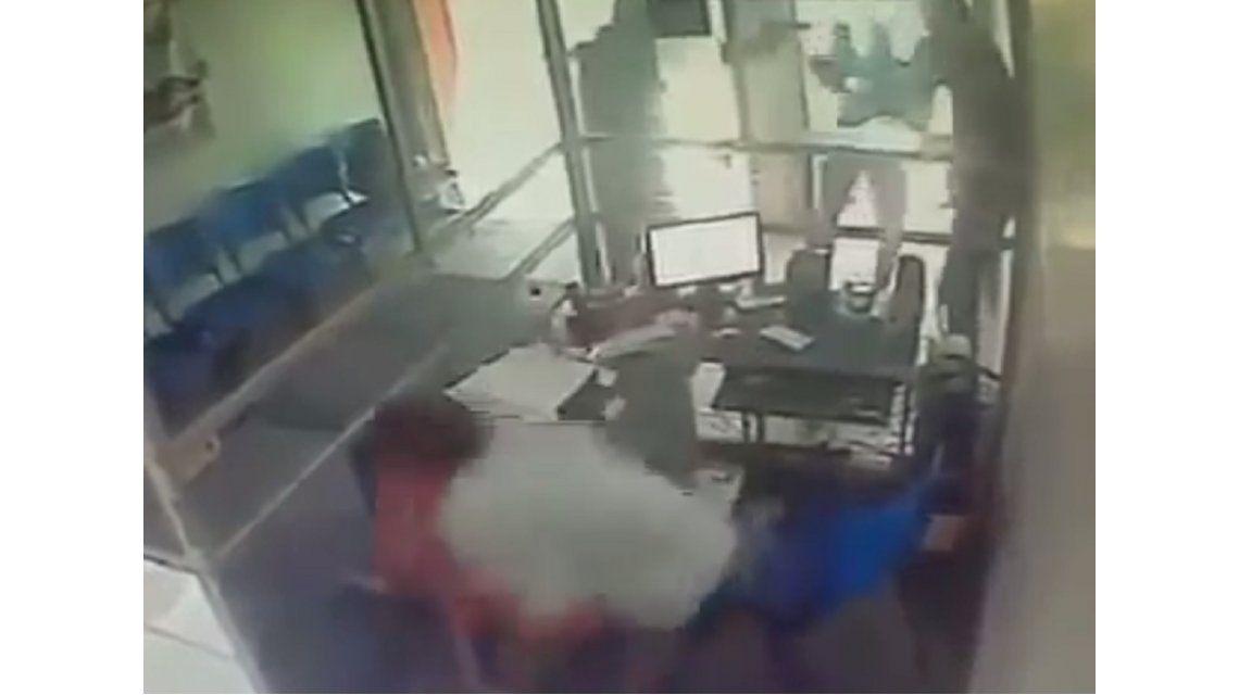 VIDEO: Entró a robar, se encontró con un policía y murió de un disparo