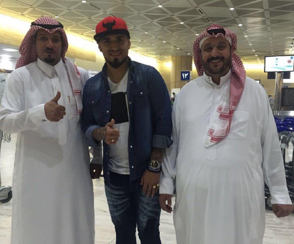 Víctor Ayala, ex Lanús, fue recibido como una estrella en Arabia