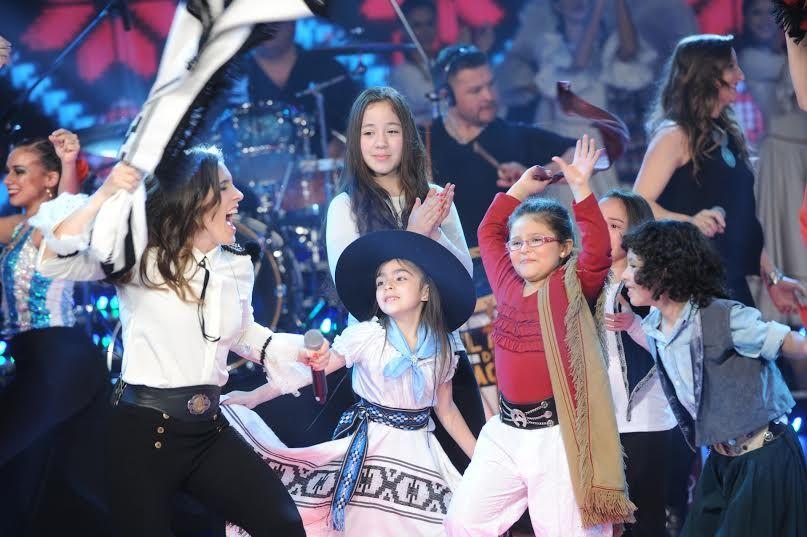 Soledad Pastorutti cantó en ShowMatch rodeada de pequeños talentos