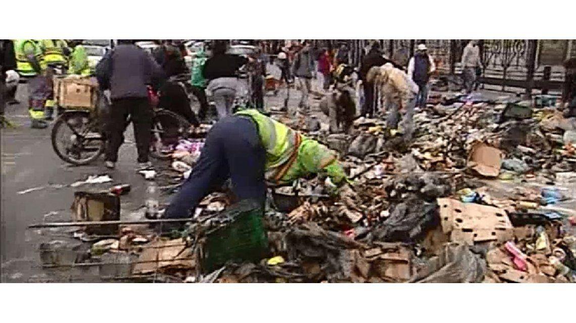 Triste espectáculo frente al Congreso: cartoneros se llevan la comida del camión incendiado