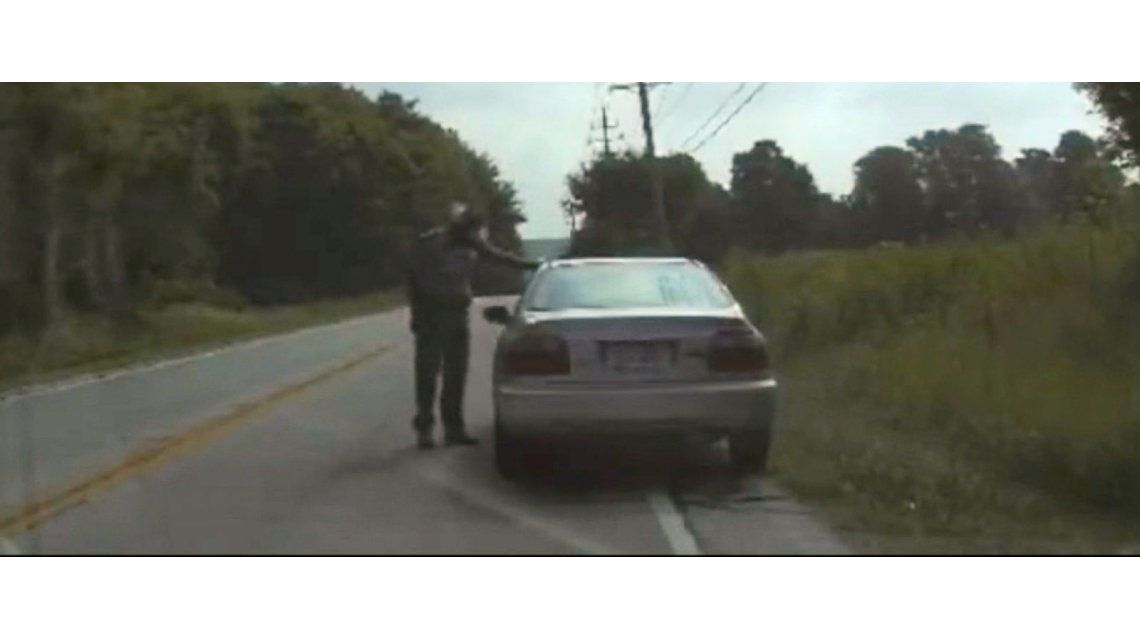 VIDEO: atropellaron a un policía cuando intentó detener a un auto en la ruta