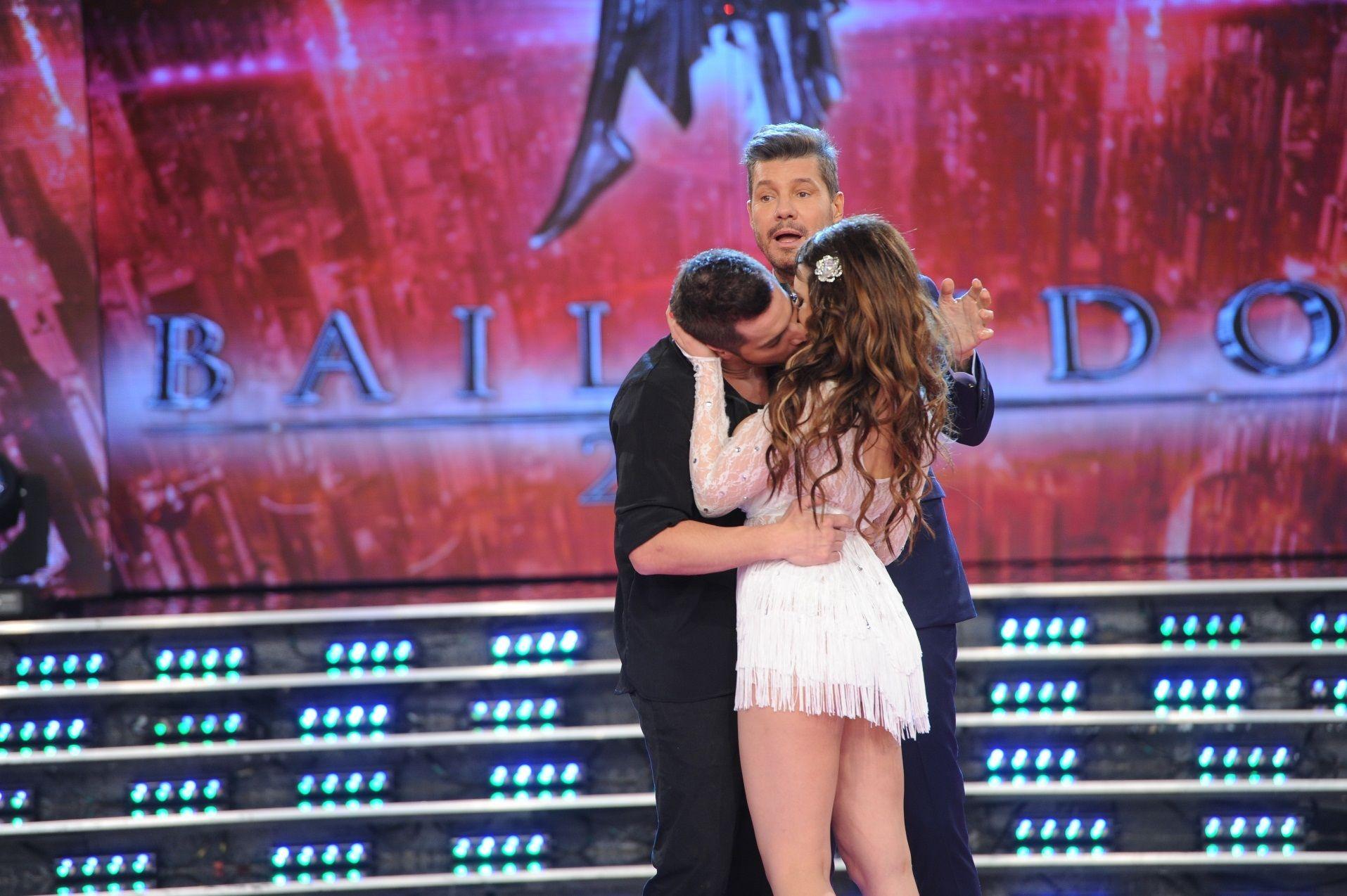 Tremendo beso entre Charlotte Caniggia y Francisco Delgado en ShowMatch