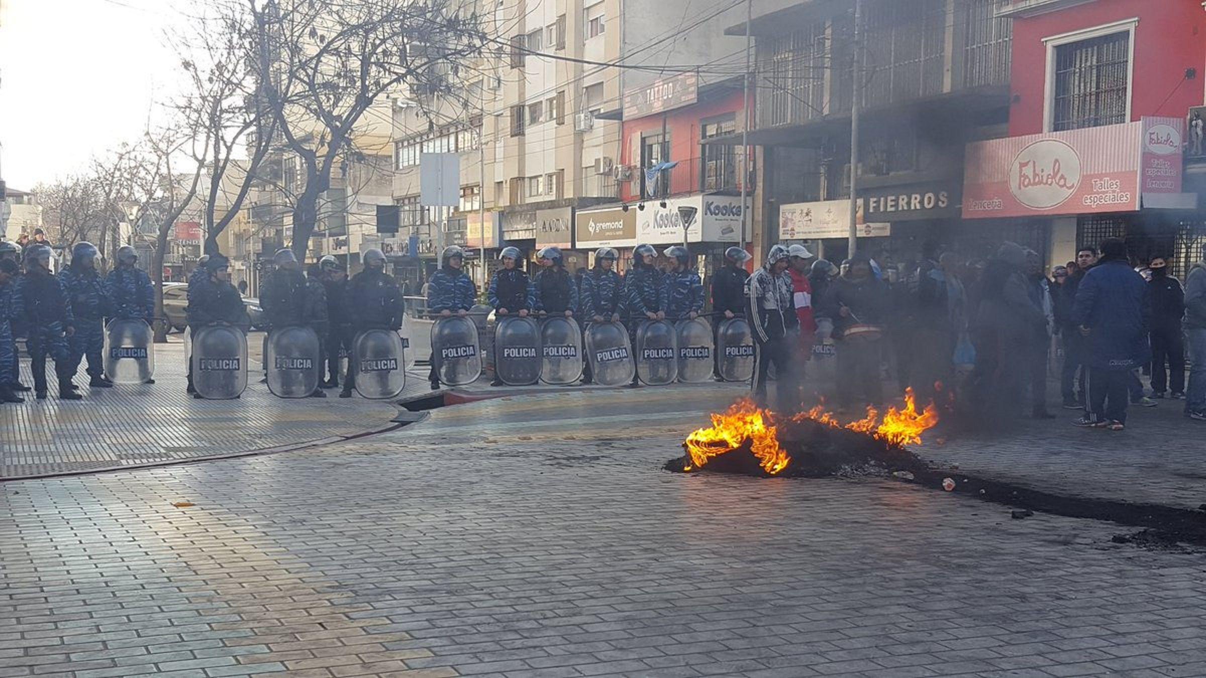 Incidentes y tensión en Morón: manteros reclaman que les devuelvan sus puestos de trabajo