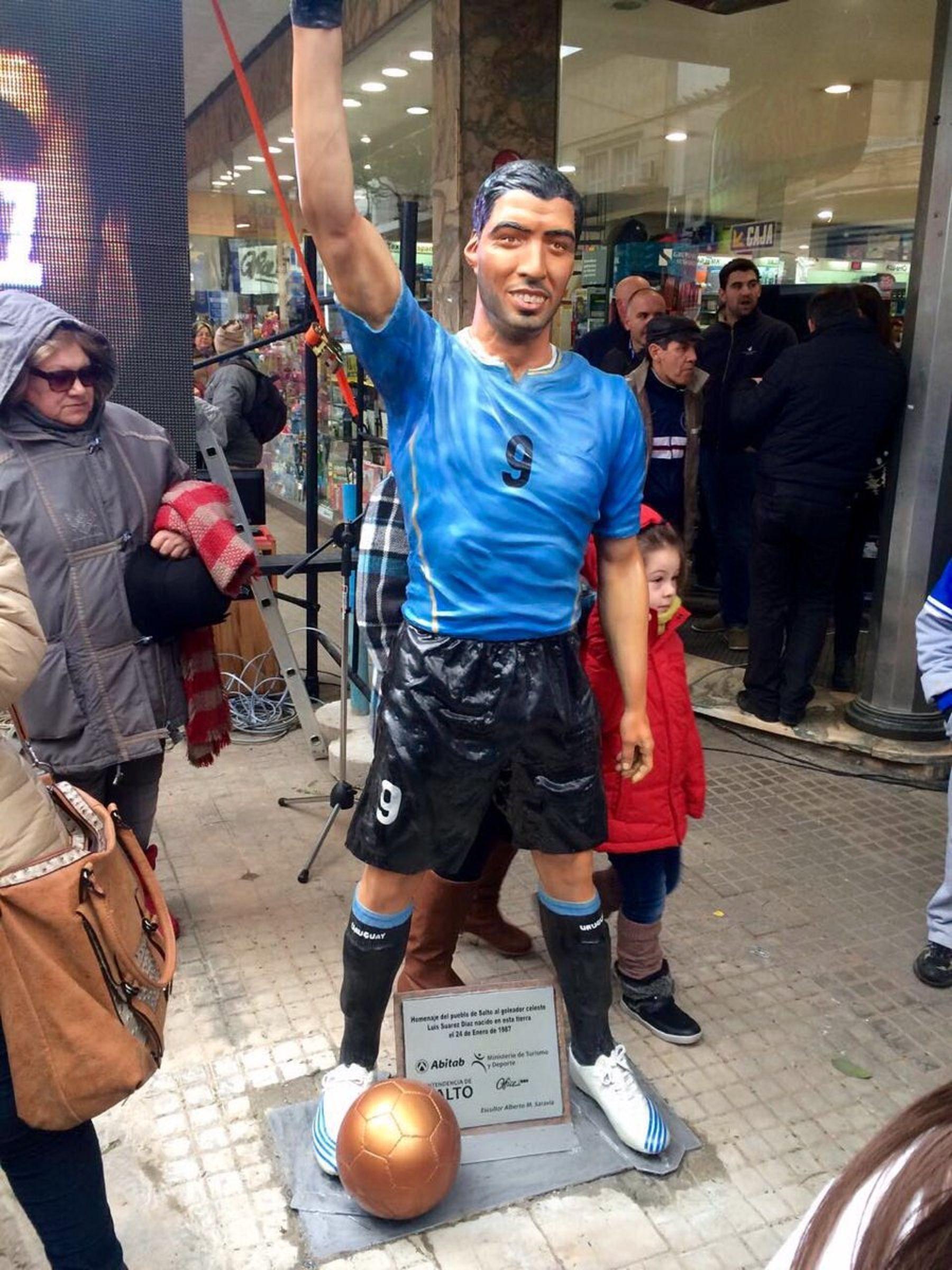 ¿Se parece? Inauguraron una estatua a tamaño real de Luis Suárez en Uruguay
