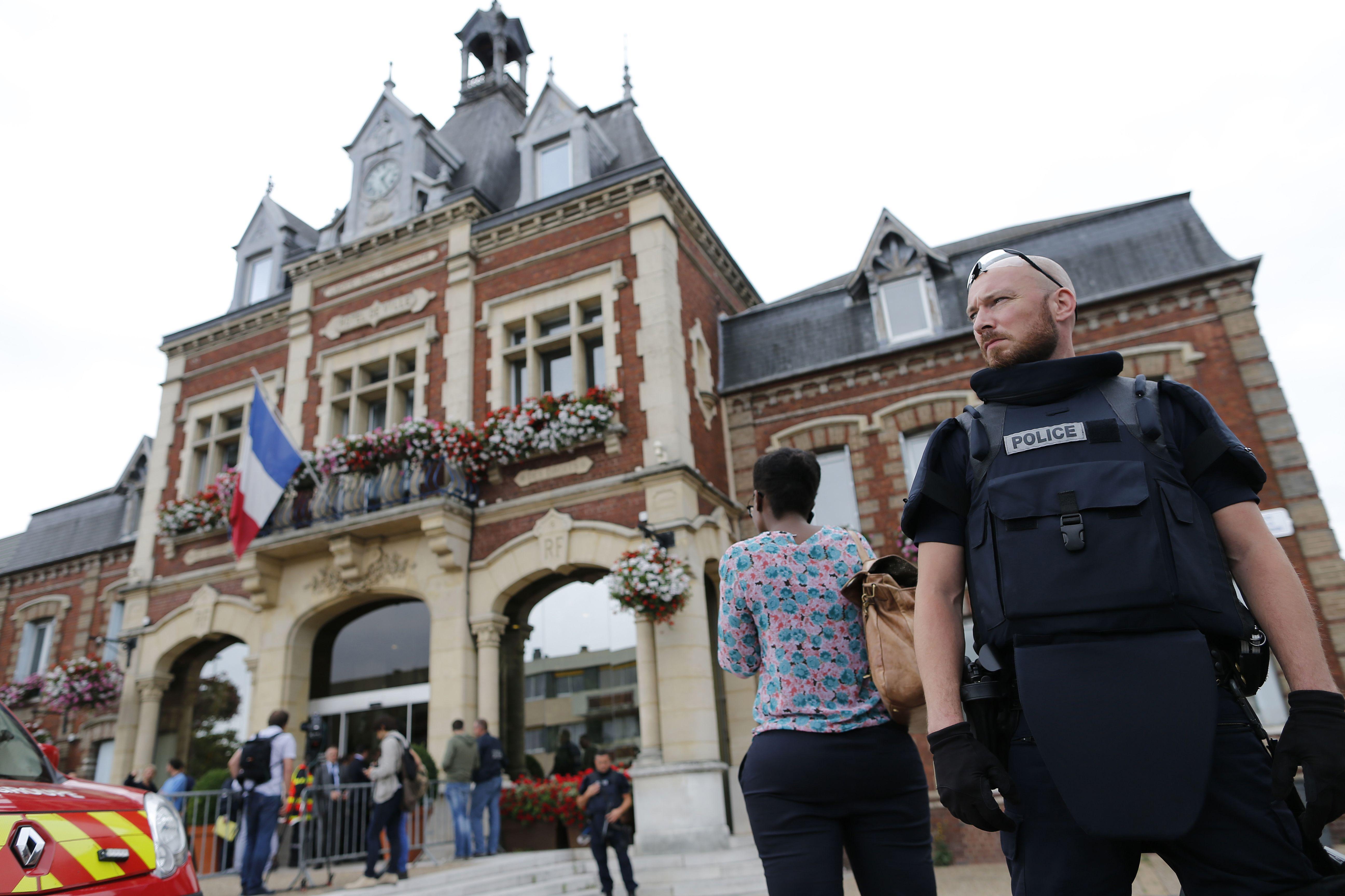 Las imágenes de Francia tras el atentado de ISIS en una iglesia