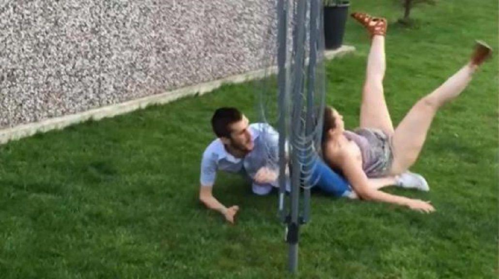 ¿Se separan? La salvaje patada de un inglés a su novia mientras jugaban al fútbol