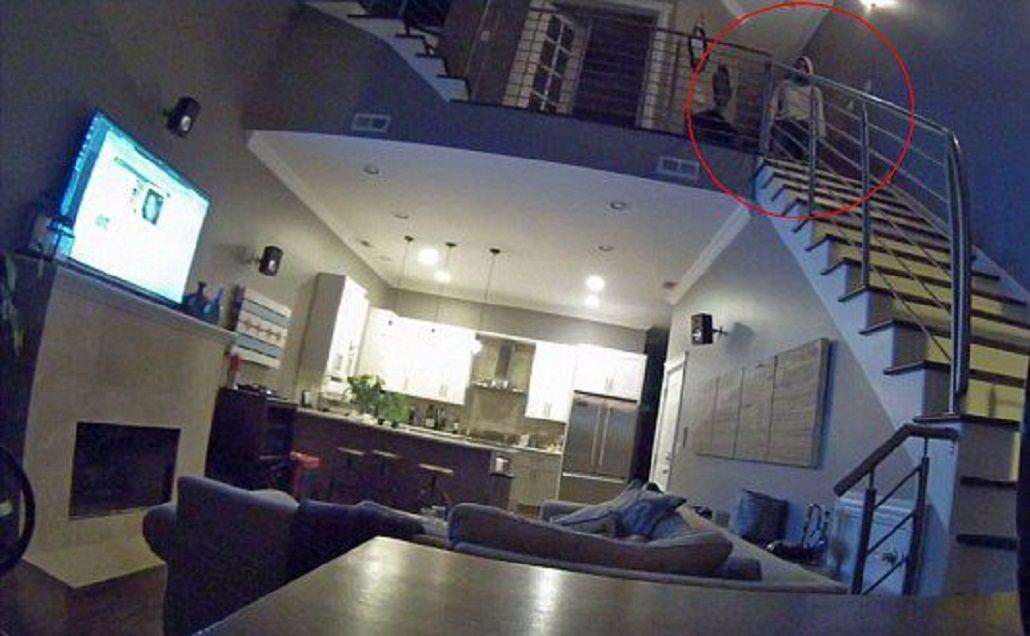 VIDEO: Un ladrón entró a una casa y se quedó mirando a los dueños dormir