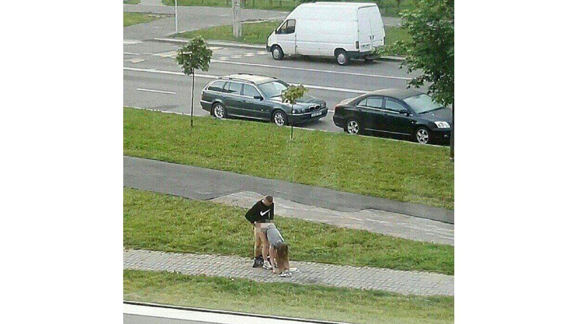 Fotografiaron a una pareja teniendo sexo en una plaza pública a plena luz del día