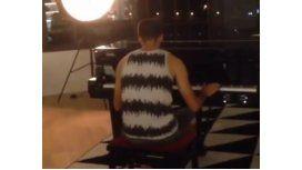 Un ex River toca el Aleluya en el piano