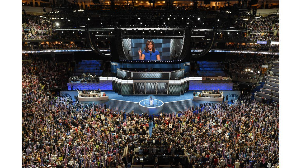 Michelle Obama conmueve a los demócratas y Sanders pide encolumnarse detrás de Hillary
