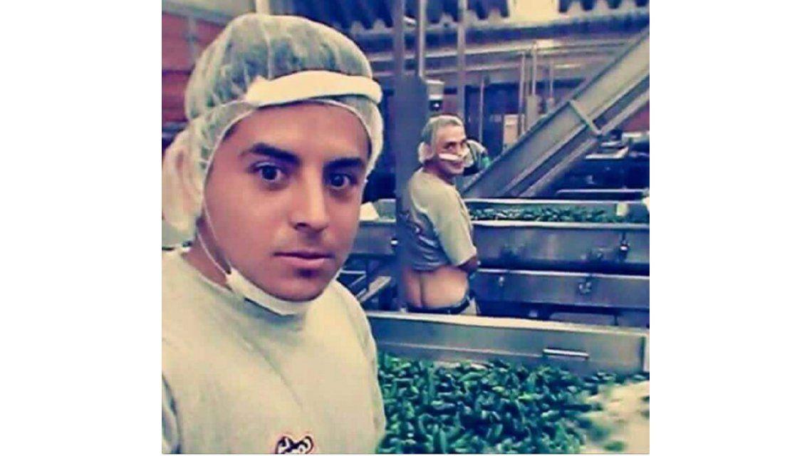 Empleados de una alimenticia se fotografían orinando ajíes que iban a ser enlatados
