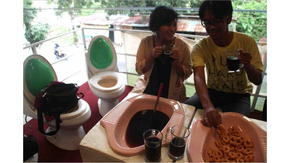 Un restaurante indonesio sirve la comida en... ¡letrinas!