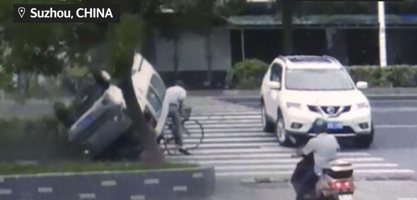 VIDEO: Un ciclista se salva de ser aplastado por auto