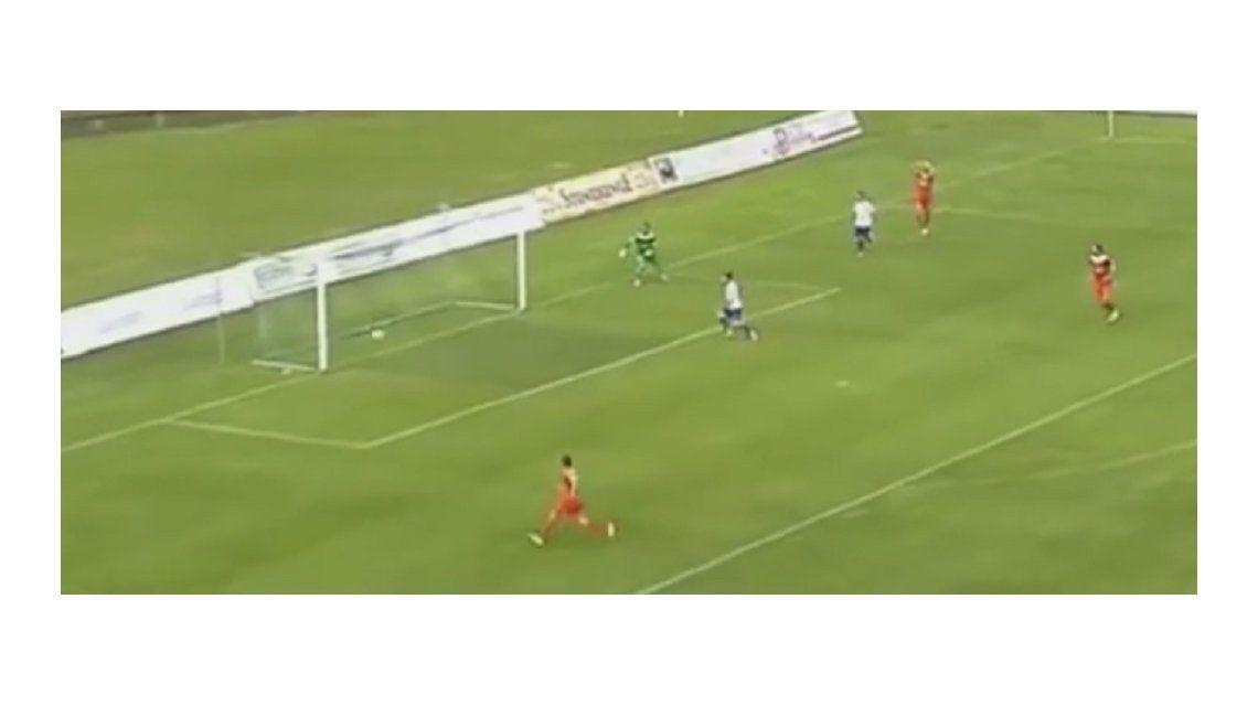 Mirá el papelón de este defensor en un partido del fútbol polaco