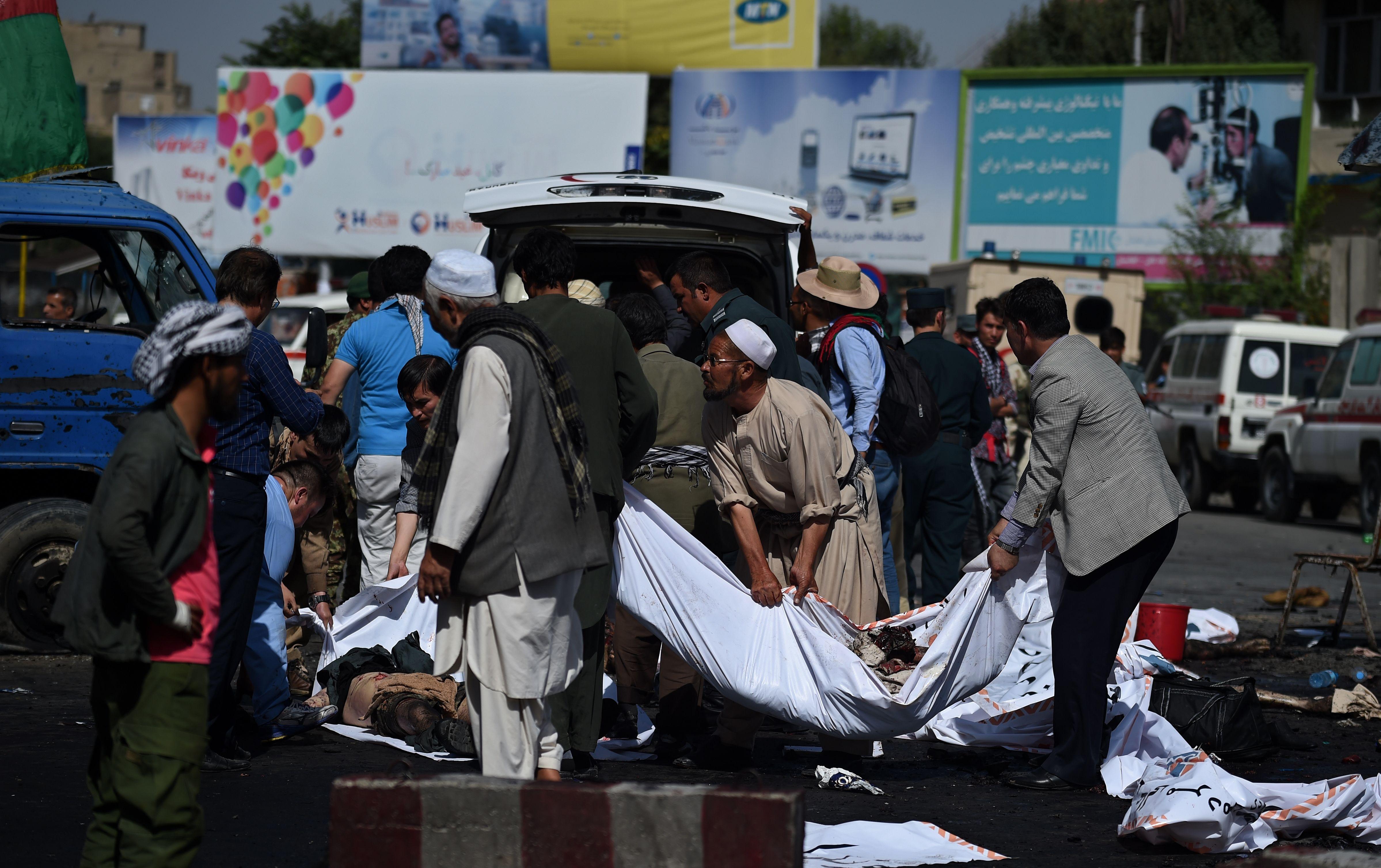Al menos 61 personas murieron y hay 200 heridos en un ataque suicida en Afganistán