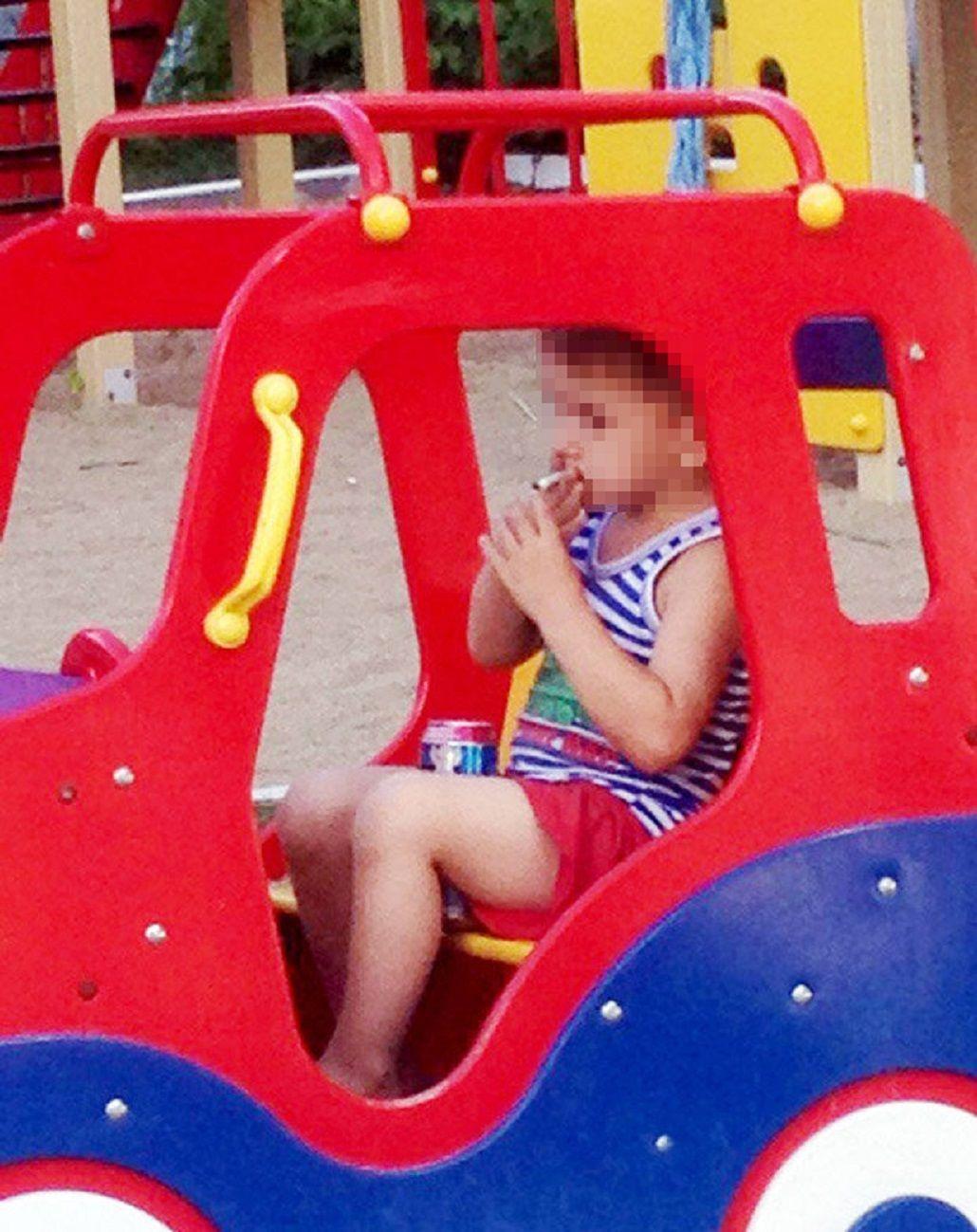 Conmueve la foto de un nene de 5 años fumando y tomando