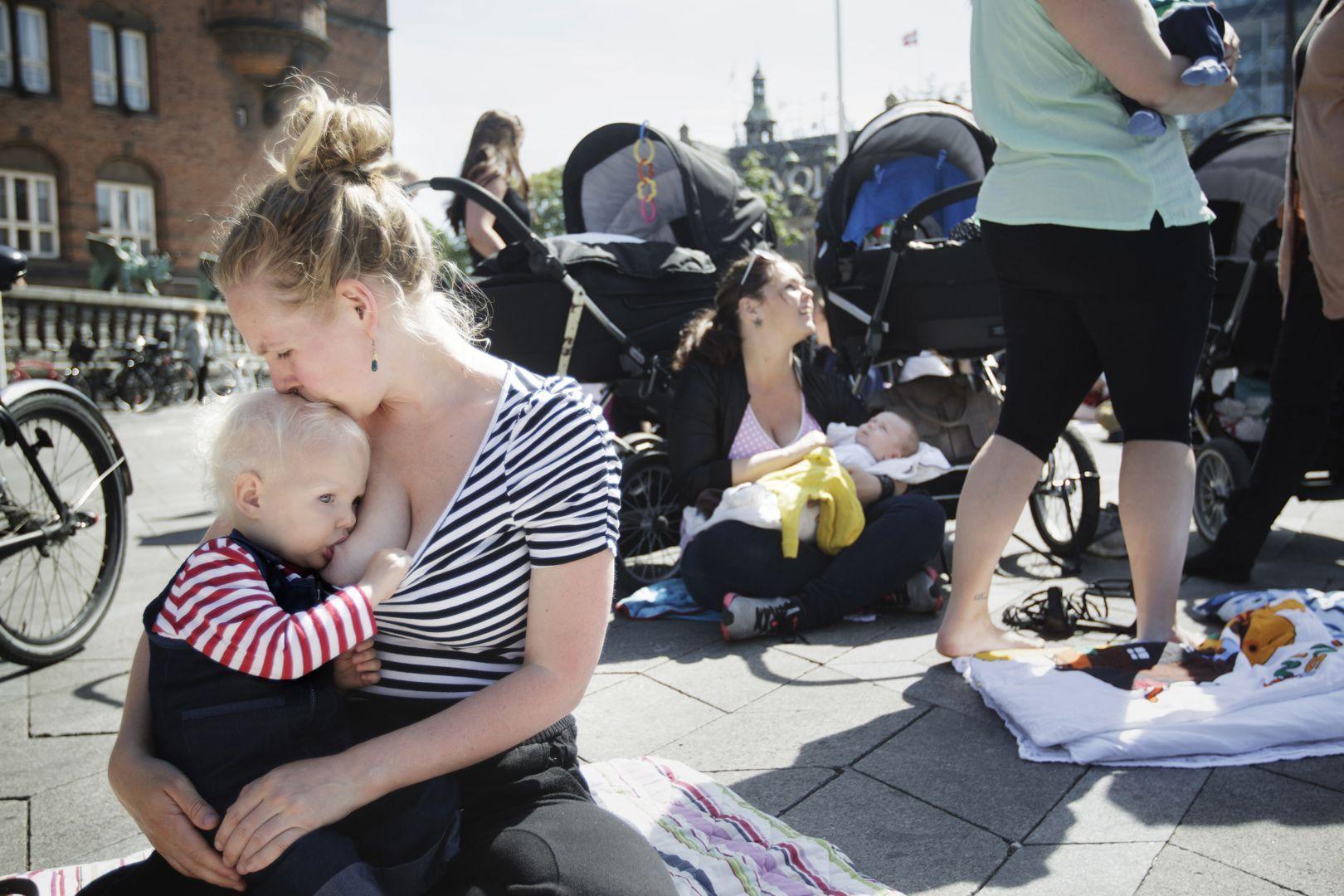 Mujeres realizaron teteada nacional en distintas plazas del país contra la censura a la lactancia