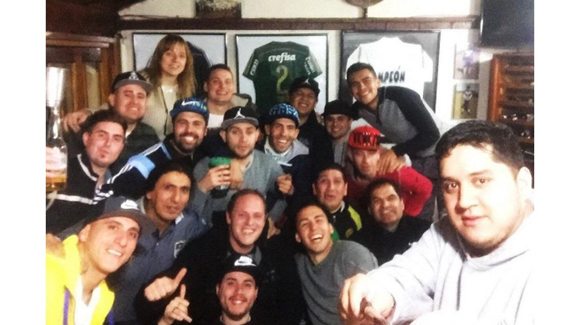 Mientras define su futuro, Carlos Tevez se divierte en un asado con amigos