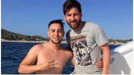 Nadó un kilómetro y arruinó su celular, pero logró sacarse una foto con Messi