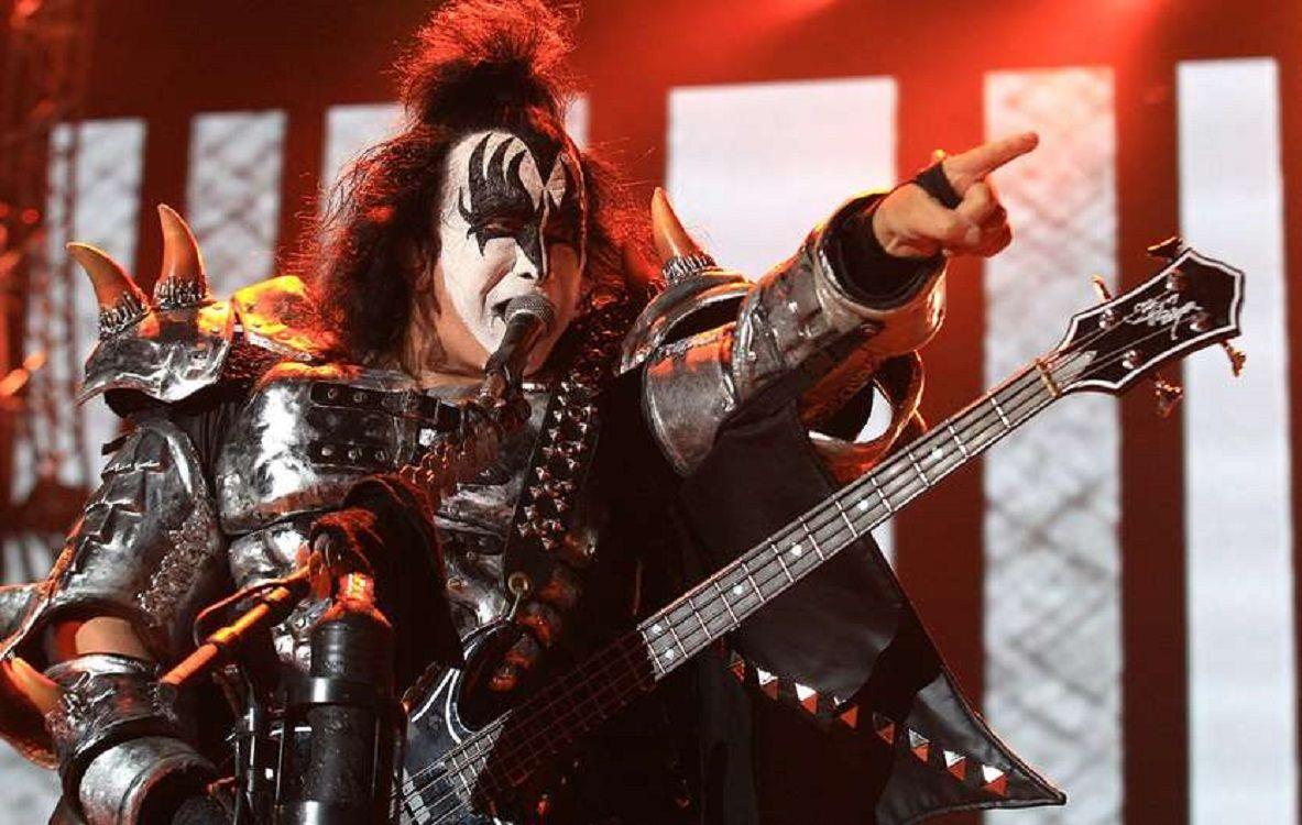 VIDEO: Tremenda caída de Gene Simmons, de Kiss en pleno show