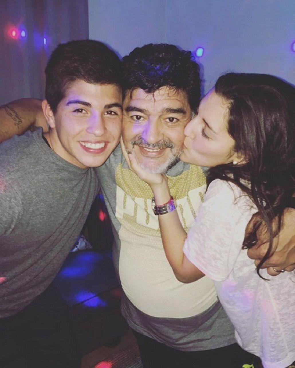 Mientras a Dalma y Gianinna no les habla, Diego Maradona se muestra con Jana y su novio