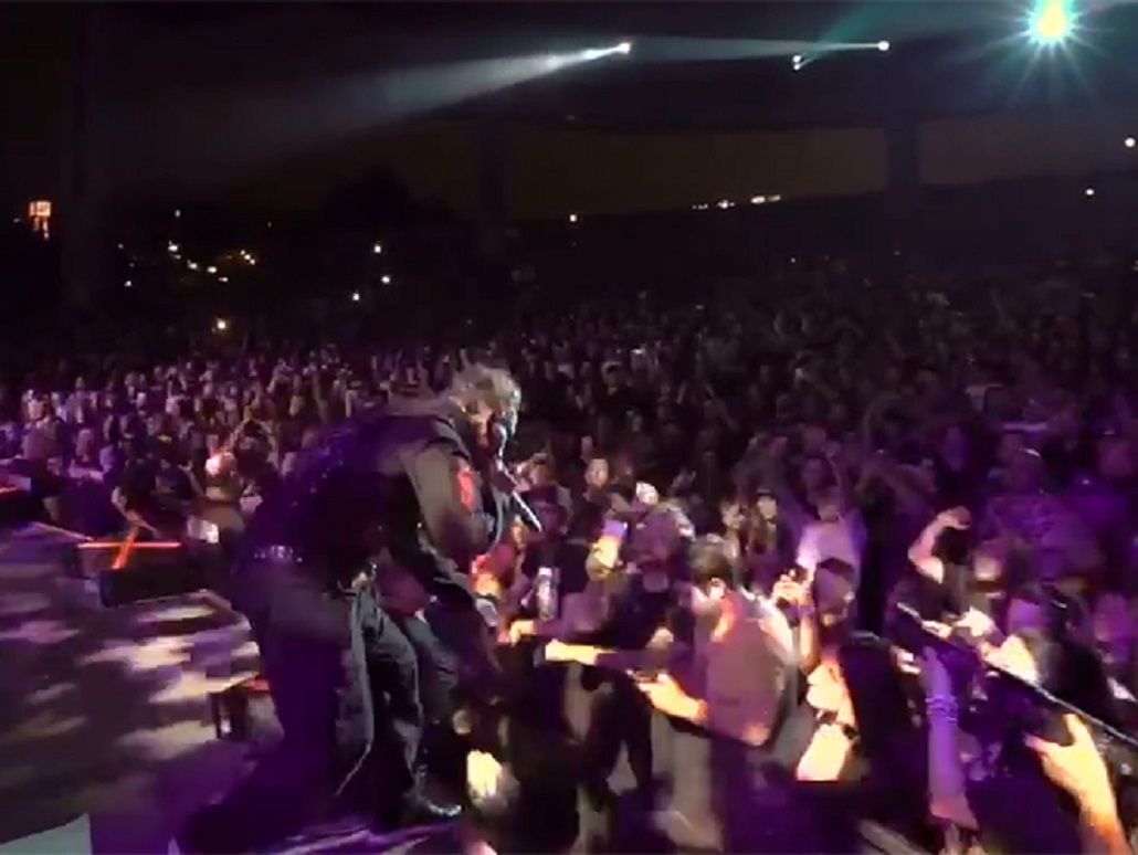 VIDEO: La furia de un cantante porque un fan se distraía con el celular
