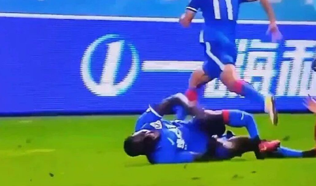 Escalofriante fractura de un ex jugador del Chelsea en el fútbol chino