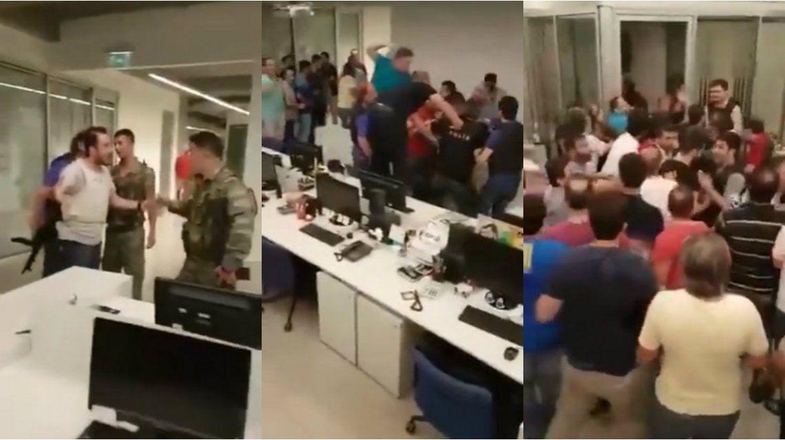 Periodistas de CNN Türk expulsaron a los soldados que intentaron tomar el canal