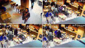 El ingenio de un ladrón para robar una cartera en un bar: mirá el video