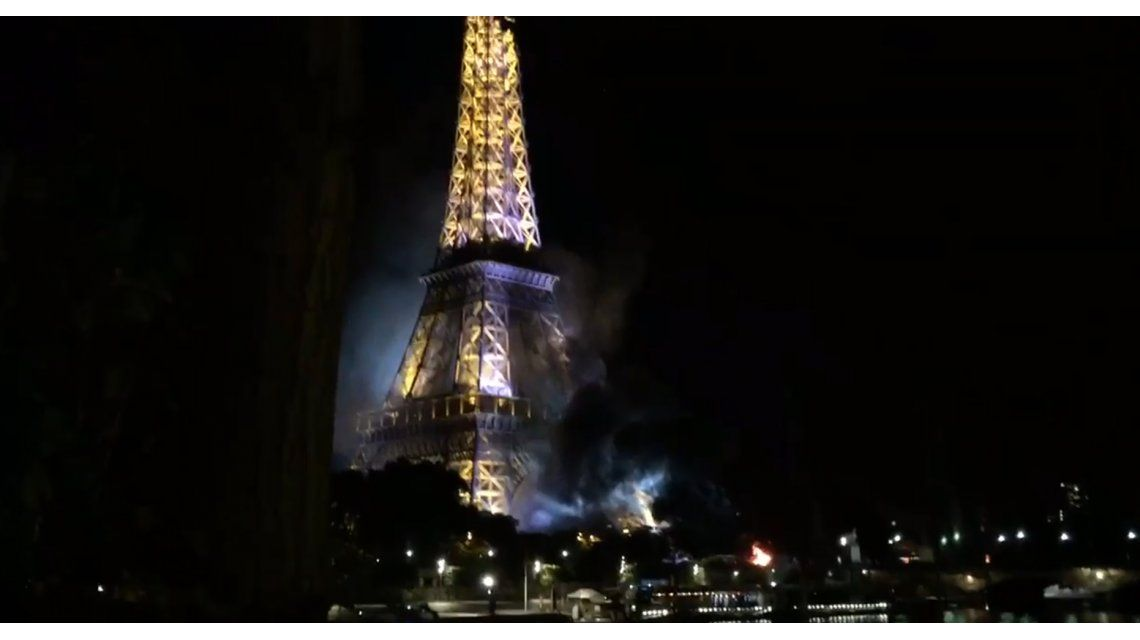 Incendio frente a la torre de Eiffel tras el supuesto atentado en Niza