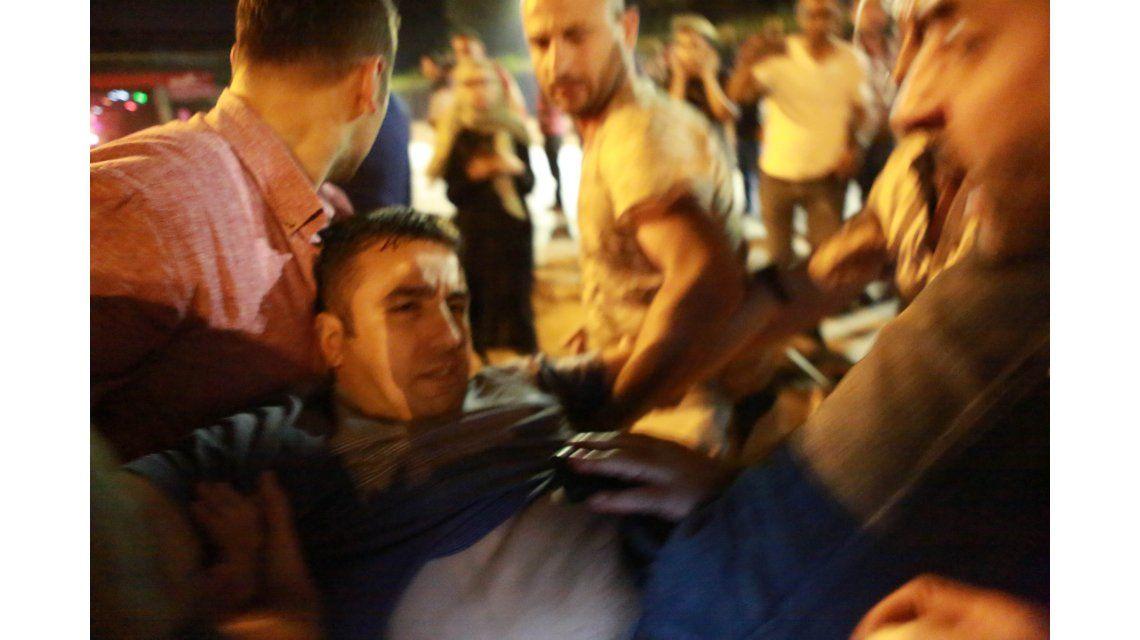 Turquía: hay al menos 90 personas muertas y 1500 militares detenidos