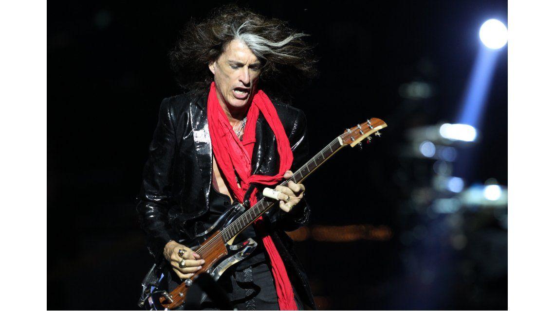 VIDEO: Mirá cómo se desplomó en el escenario el guitarrista de Aerosmith
