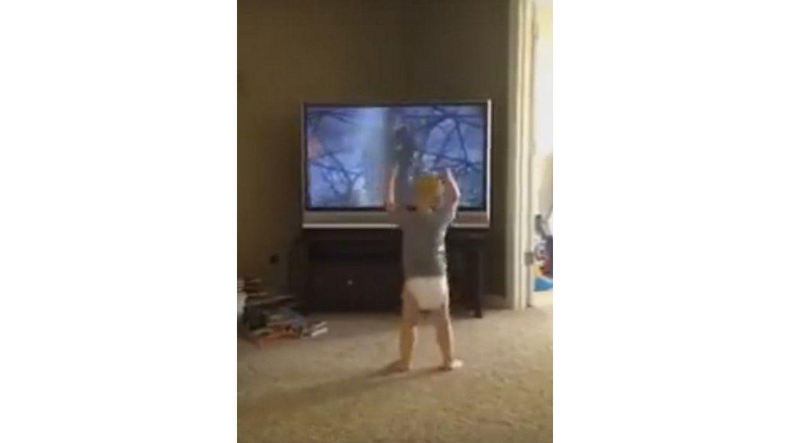 VIDEO: Un bebé se para frente a la tele y copia el entrenamiento de Rocky