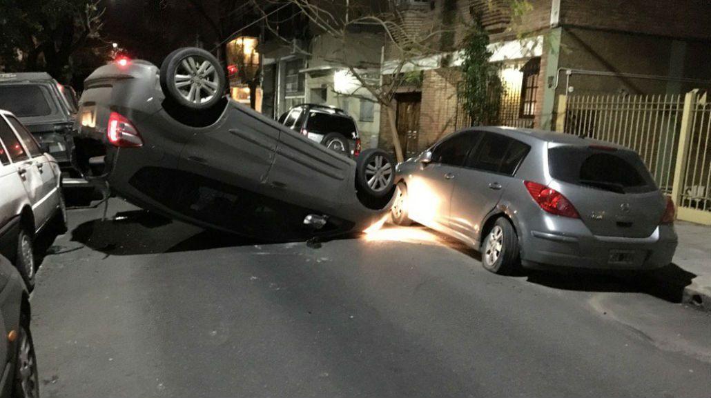 Chocó, volcó, pero les dejó sus datos a los dueños de los autos afectados