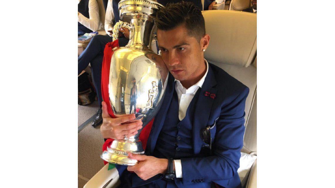 Está enamorado: mirá la declaración de amor de CR7 al trofeo de la Euro