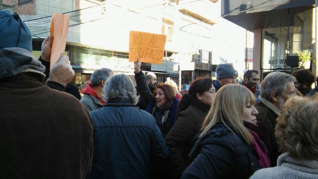 Fuerte protesta de vecinos en Ituzaingó y Castelar contra el tarifazo en el gas