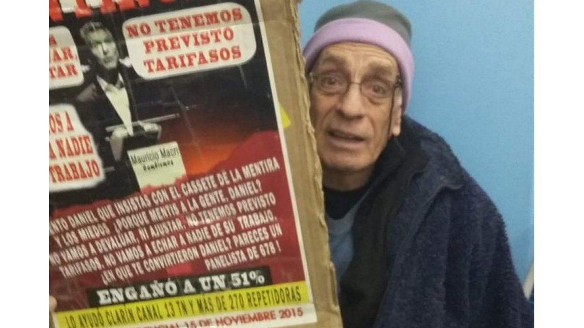 ¿Qué decía el cartel que llevaba el hombre que quisieron hacer bajar del tren?