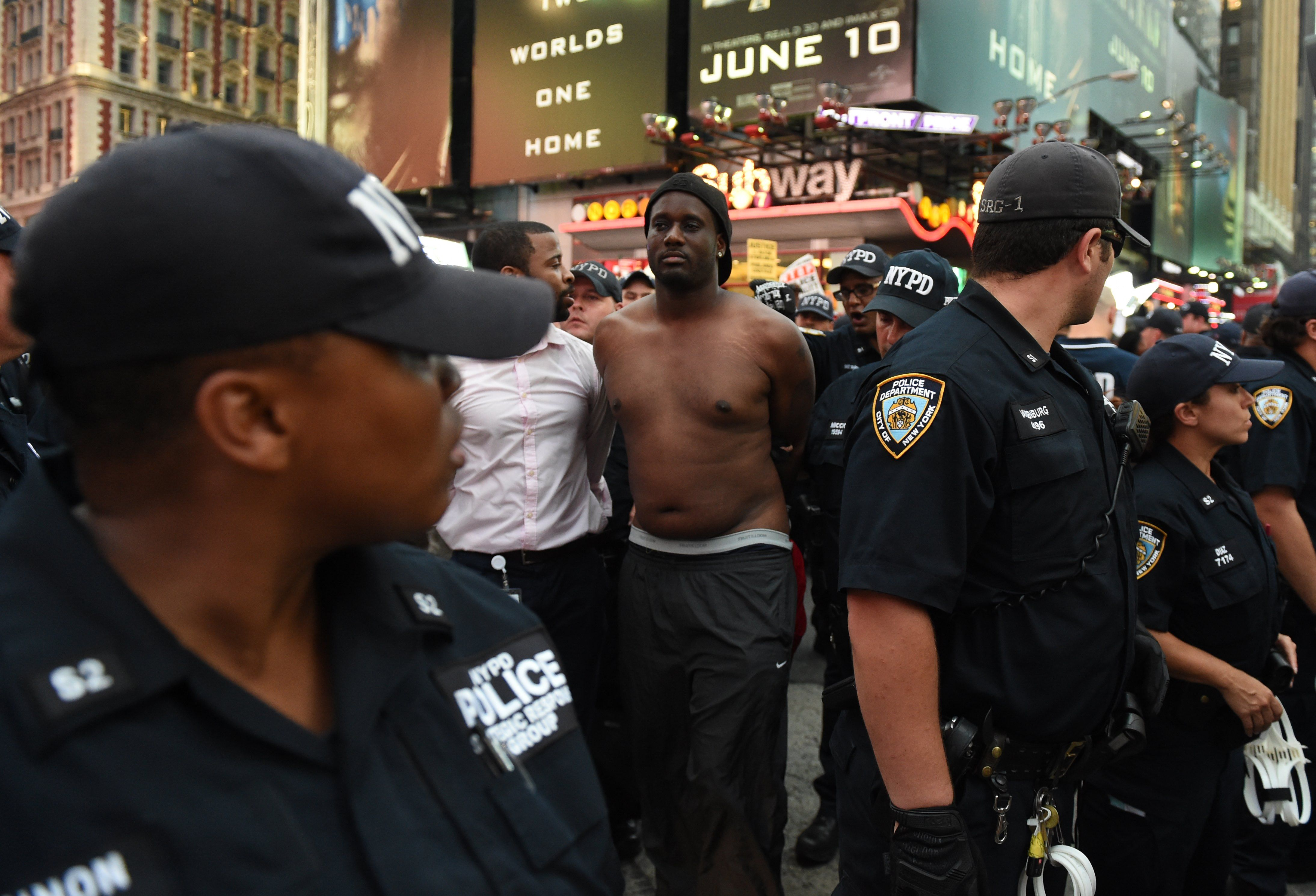 Cinco policías mueren en protesta por los crímenes de dos jóvenes negros