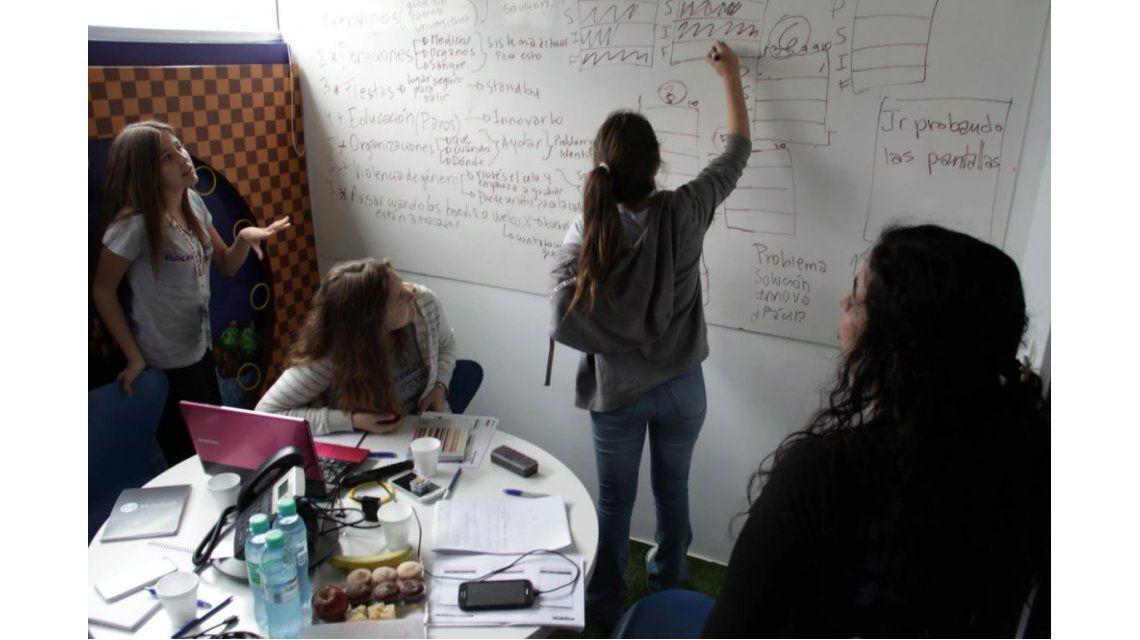 Adolescentes argentinas programan un futuro mejor con apps móviles