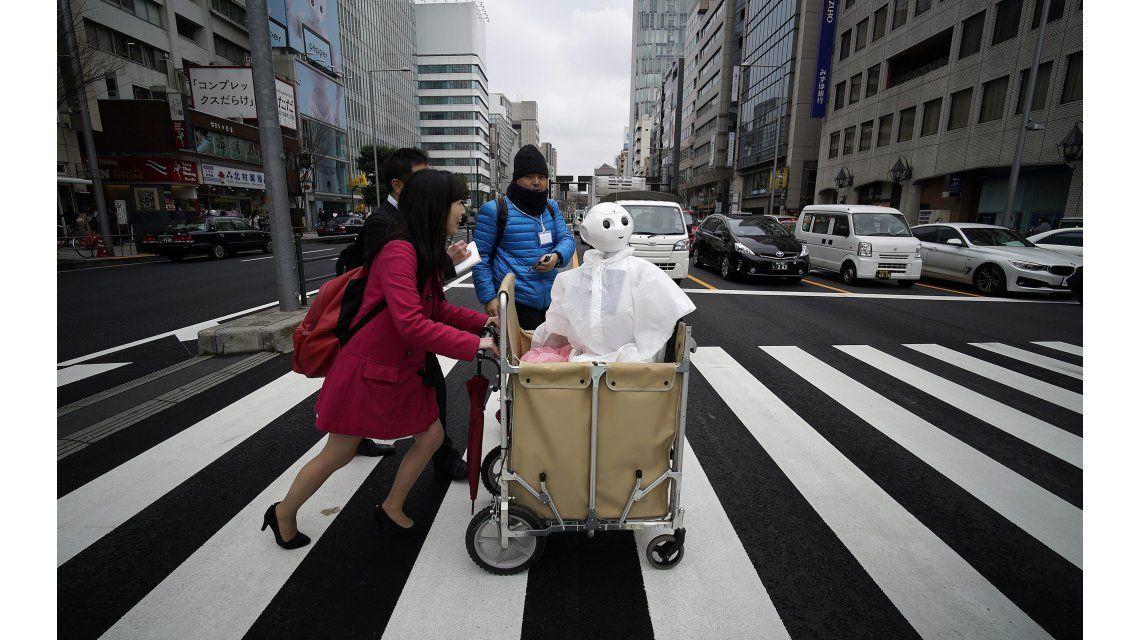 La historia de Tomomi Ota, una mujer que vive con un robot