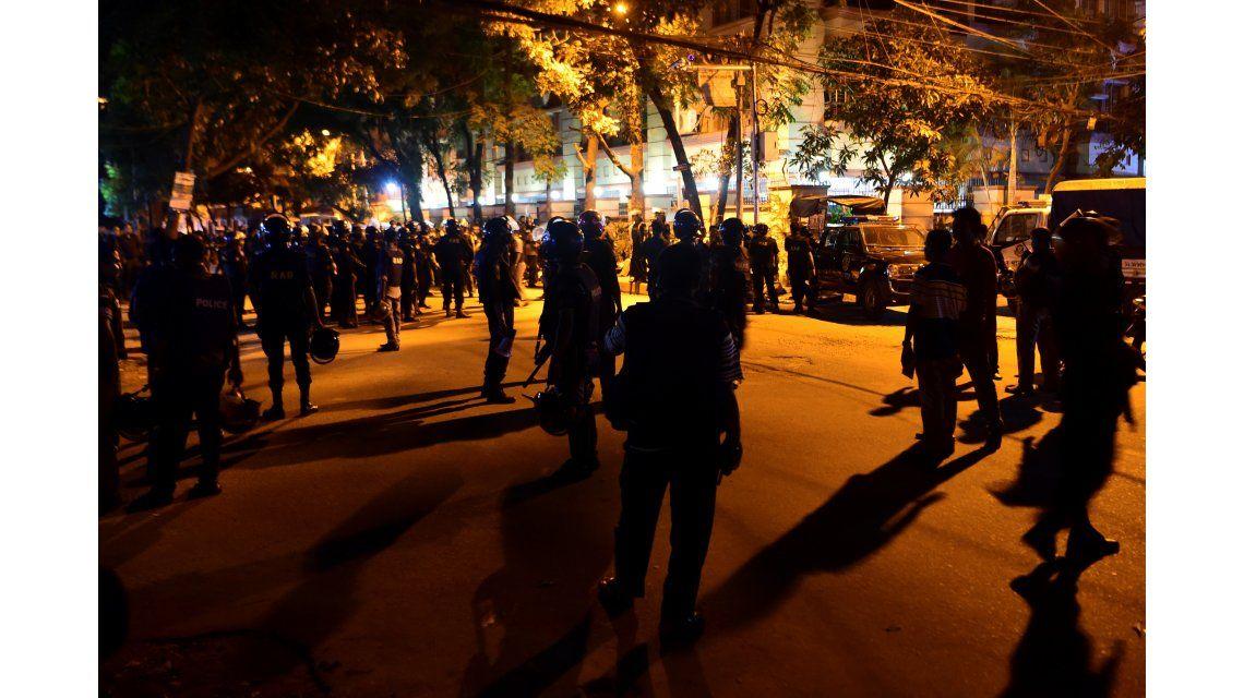 Tropas irrumpieron en el restaurante tomado y mataron a seis terroristas
