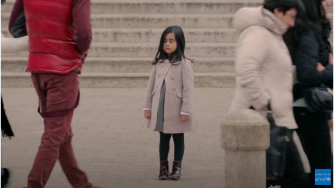 ¿Qué harías si vieras a una niña de 6 años sola en la calle?