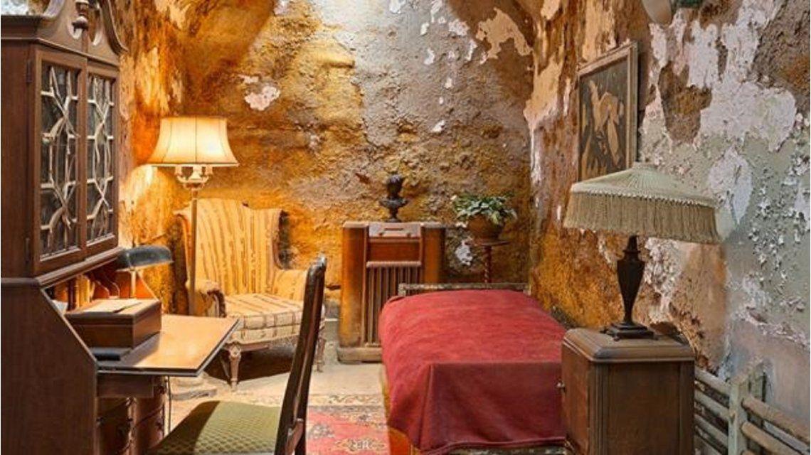 ¿Sos capaz de encontrar el error histórico en esta foto de la celda de Al Capone?