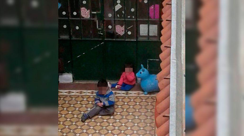 Demasiado severas: maestras encerraron a dos nenes en el patio de un jardín