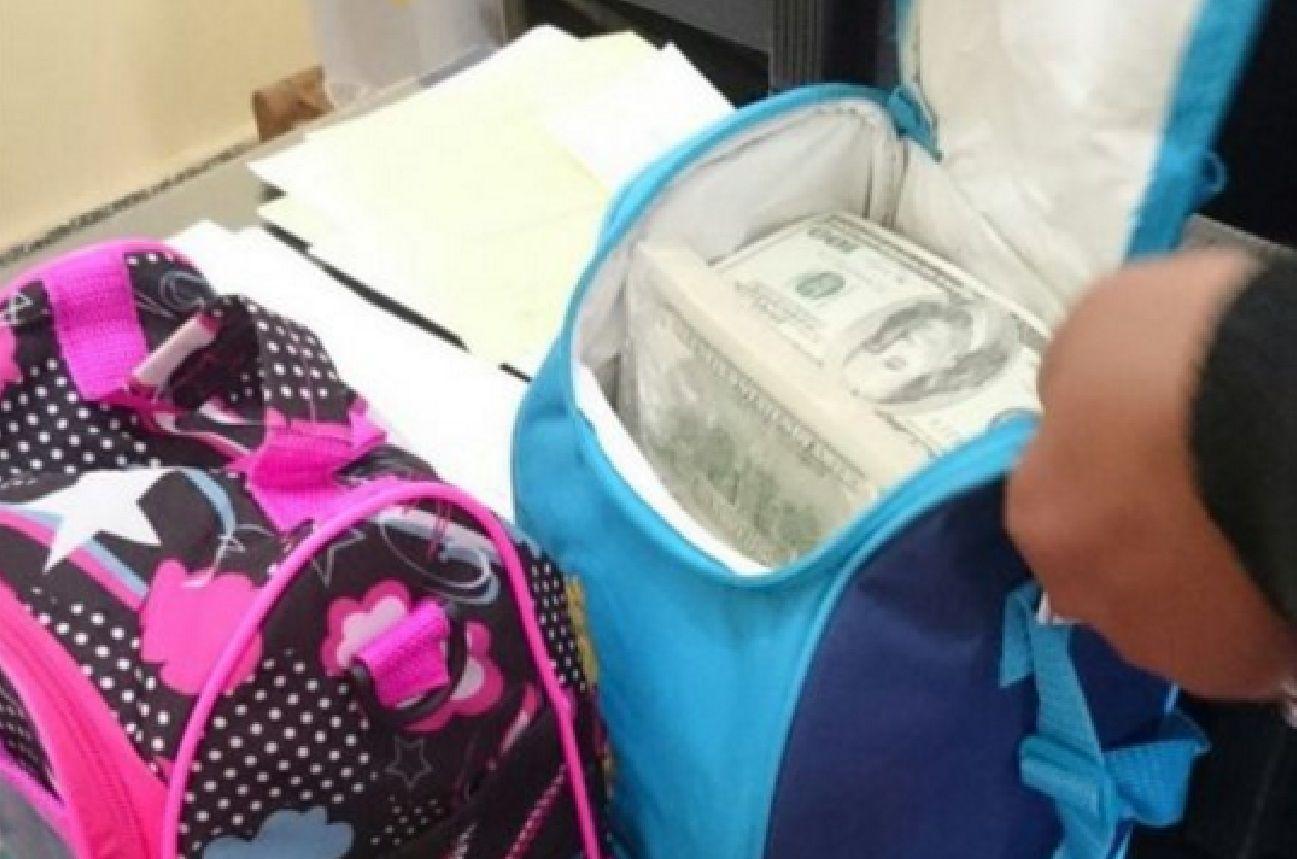 Quiso entrar al país con medio millón de dólares falsos en bolsitos y lo detuvieron