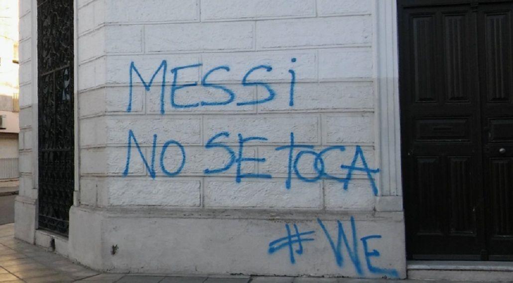 Santa Fe amaneció con pintadas contra la renuncia de Messi