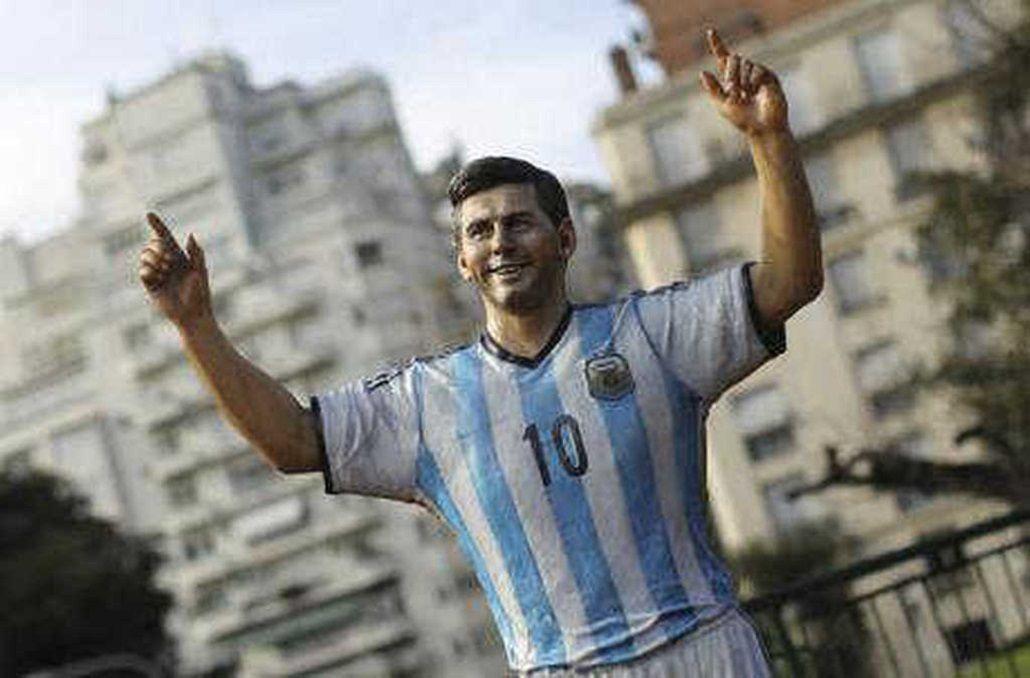 Inauguran la estatua de Messi en medio del dolor por su renuncia a la Selección